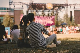 blur-concert-couple-2530176
